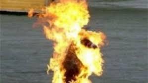 شاب يحرق نفسه