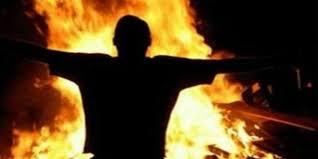 شاب يضرم النار في جسده