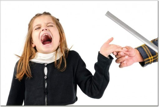 معلمة تعنف تلميذة